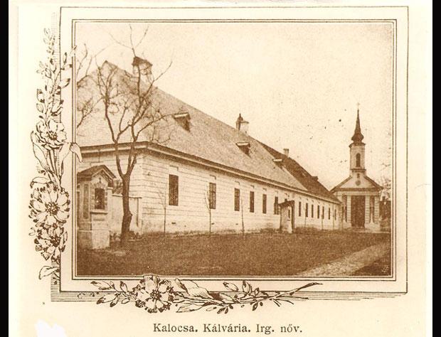 Fotó: Az 1868-ban megnyílt a kórház a kálváriával és a kápolnával (Képeslap a 19. század végéről. Asbóth M. gyűjt.)
