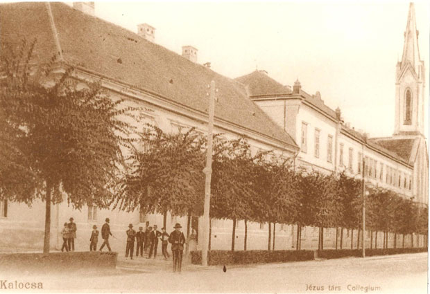 Fotó: A Belvárosi elemi iskola és a jezsuita gimnázium (Korabeli képeslap az 1870-es évekből. Asbóth M. gyűjt.)