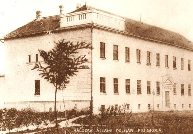 Fotó: A polgári fiúiskola (Korabeli képeslap. Asbóth M. gyűjt.)