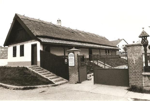 Fotó: Népművészeti ház az 1990-es évek közepén (Foto Rádi György. Asbóth M. gyűjt.)