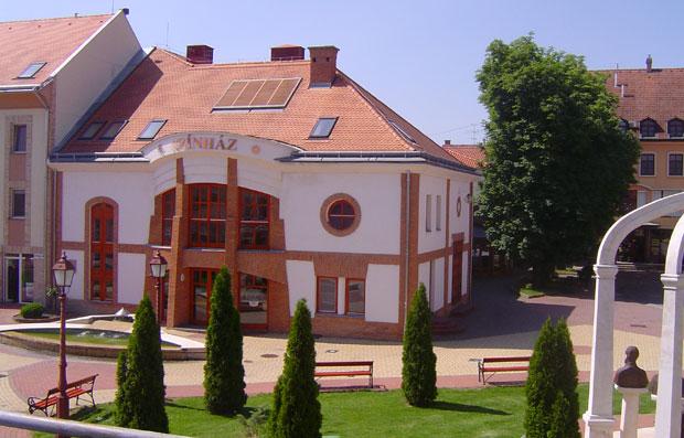 Fotó: Színházzá bővített moziépület napjainkban (Fotós: Asbóth Miklós)