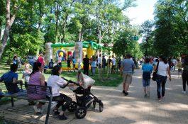 c098273048 Május 26-án, vasárnap a szinte nyárias időben rengetegen kilátogattak az  Érsekkertbe a Kalocsa Kulturális Központ és Könyvtár által szervezett  gyereknapi ...